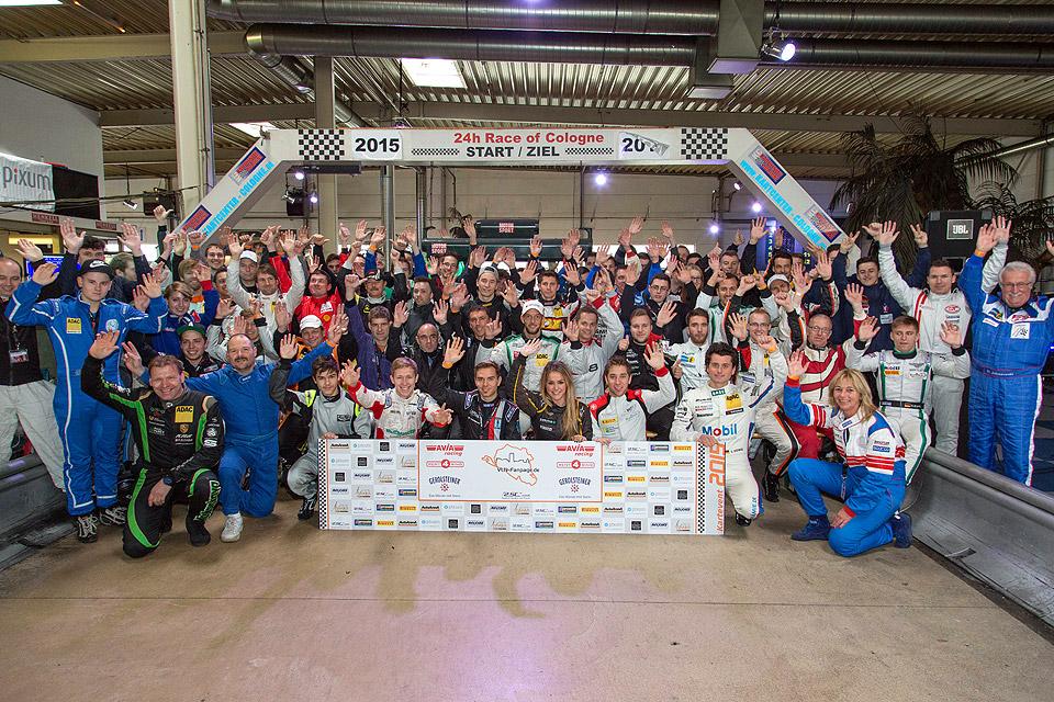 Motorsportfans und Profipiloten feiern gemeinsam einen gelungenen Saisonabschluss